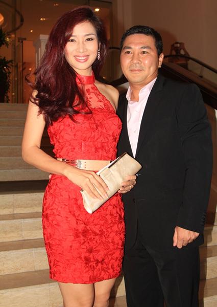 Hoa khôi Thể Thao Thu Hương sánh vai chồng đi đám cưới.