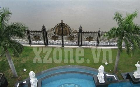 Bể bơi rộng rãi nhìn ra phía mặt sông Sài Gòn.