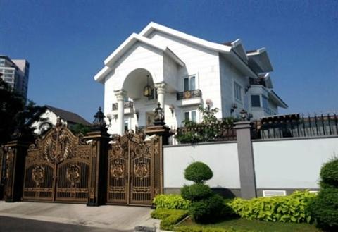 Tọa lạc ở một vị trí cực đẹp và yên tĩnh, căn biệt thự màu trắng nổi bật hẳn so với những căn hộ khác nhờ kiến trúc xa hoa, độc đáo nhưng không kém phần tinh tế.