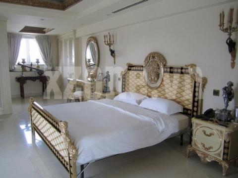 Bộ giường ngủ và bàn trang điểm sang trọng kết hợp tinh tế cùng những bức tượng nhỏ đặt xung quanh.