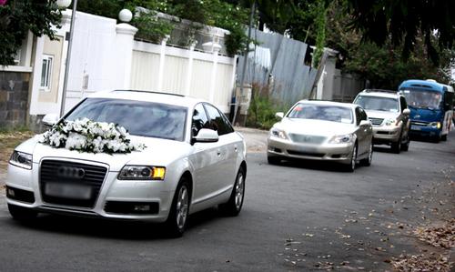 Đoàn xe của gia đình nhà trai đơn giản, gọn nhẹ với 4 xe và thành viên đón dâu chỉ gồm những người thân thiết với gia đình chú rể.