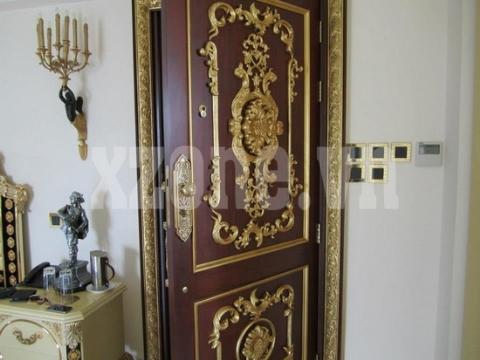 Những cánh cửa cũng được tô điểm bởi những họa tiết nổi cầu kỳ, mang hơi hướng những dinh thự Châu Âu.