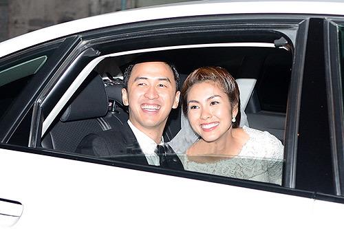 Tăng Thanh Hà chọn váy ren, cổ tròn trong ngày cưới.