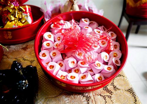 Không chỉ mang màu đỏ truyền thống, tráp và lễ vật có thể mang sắc hồng tươi tắn, thể hiện phong cách hiện đại.