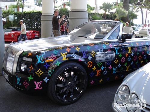 Cũng với họa tiết LV nhưng chiếc xe này được trang trí màu sắc hơn.