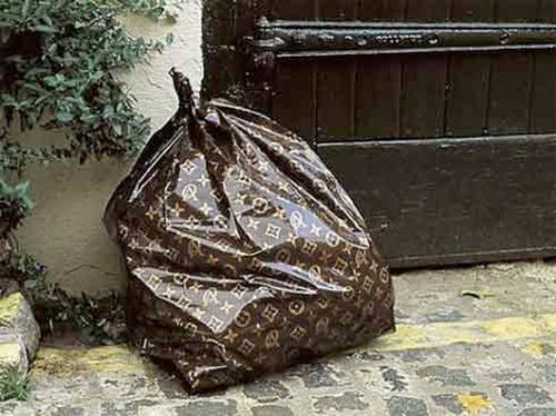 Thậm chí đến cả những vật dụng rẻ tiền như túi rác...