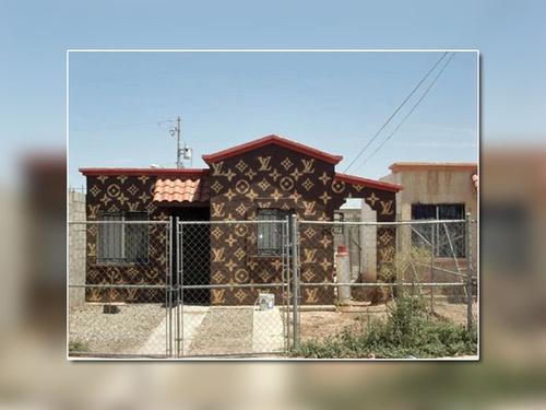 Ngôi nhà được sơn và trang trí bằng họa tiết LV nổi tiếng.