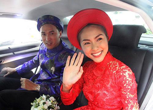 Trong khi Tăng Thanh Hà nổi bật với áo dài đỏ thì chú rể Louis Nguyễn lại chọn màu xanh truyền thống.