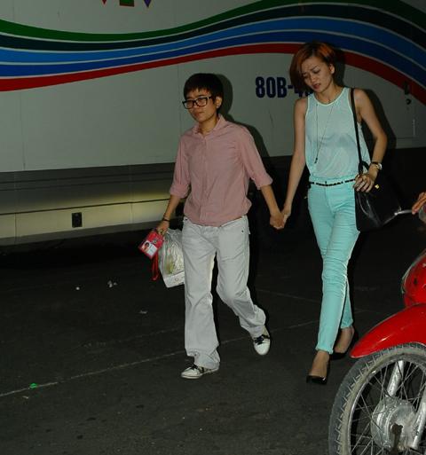 Sau khi kết thúc chương trình, Phương Uyên dắt tay Thiều Bảo Trang ra về.
