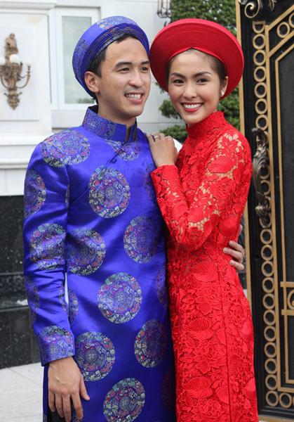 Cô dâu, chú rể nổi bật với áo dài truyền thống.