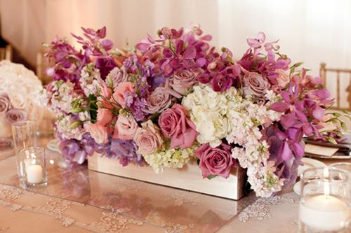 Chọn hoa trang trí theo dáng bàn tiệc