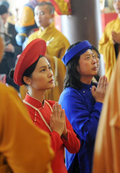 Đỗ Hải Yến vàchú rể Calvin Tài Lâm trong lễ Hằng thuận tại chùa Quy Nhơn.