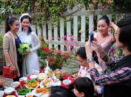 Sau khi các nghi lễ hoàn thành, đôi uyên ương mở tiệc truyền thống để tiếp đãi bạn bè, hàng xóm và người thân tại quê nhà.