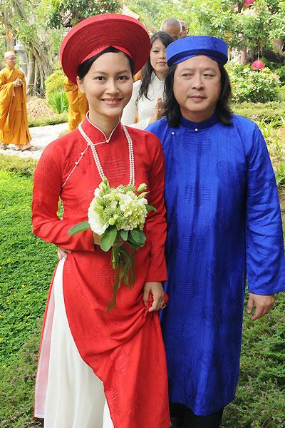 Cô dâu chú rể luôn chọn trang phục truyền thống để diện trong các nghi thức cưới.