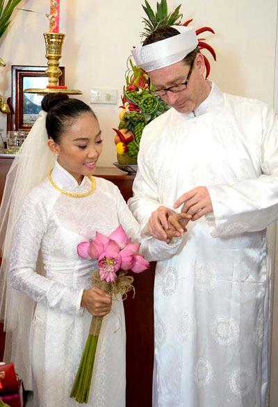 Cô dâu chú rể và nghi lễ trao nhẫn cưới.