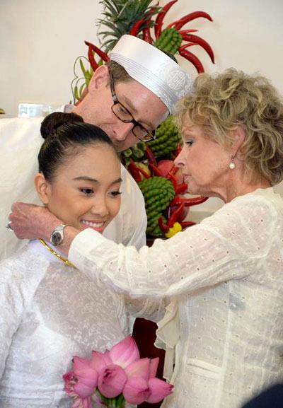 Mẹ chú rể dành tặng cô con dâu mới những món nữ trang giá trị cả về vật chất lẫn tinh thần.