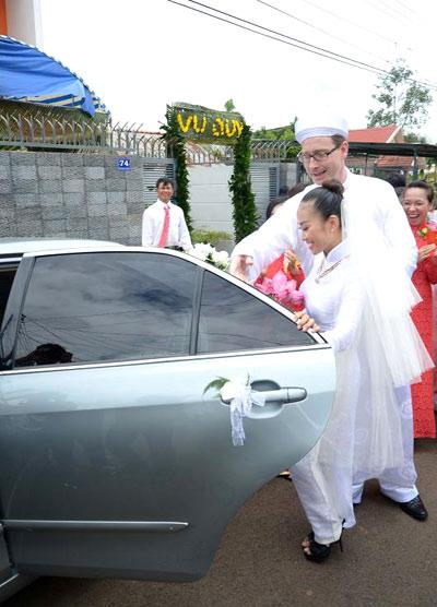 Sau khi lễ thành hôn kết thúc, Đoan Trang và chú rể lên xe về nhà trai, từ đây cô chính thức là người phụ nữ đã lập gia đình và cùng chung bước bên người bạn đời.