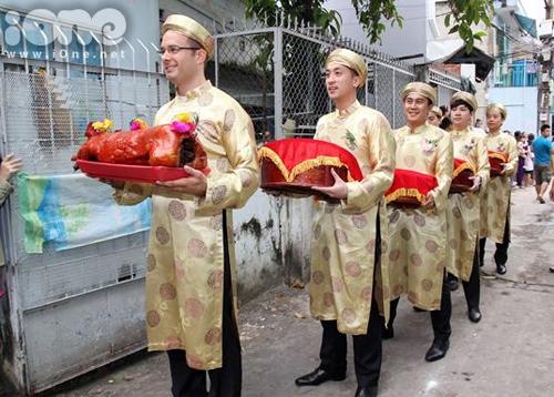 Đoàn bê tráp của nhà trai có mặt trước cửa nhà cô dâu Tăng Thanh Hà để chờ đến giờ hoàng đạo.