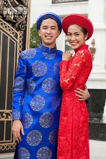 Đôi uyên ương rạng ngời trong trang phục áo dài truyền thống.
