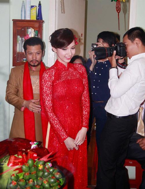 Trong ngày ăn hỏi, hot girl Quỳnh Chi nổi bật với áo dài ren đỏ. Cô trang điểm, cài hoa cùng tông màu và hoàn toàn nổi bật giữa các quan khách. Quỳnh Chi kết hợp áo dài đỏ với quần màu vàng, giúp cả quần và áo đều nổi bật.
