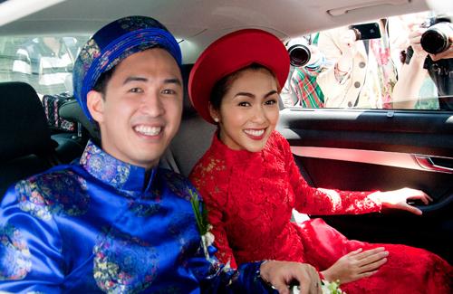Tăng Thanh Hà nổi bật với áo dài ren đỏ, kiểu truyền thống bên cạnh chú rể Louis Nguyễn.