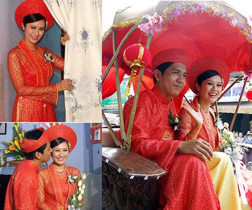 Vợ chồng Thanh Thúy đều chọn trang phục màu đỏ trong đám hỏi. Cô dâu khéo léo kết hợp hai màu vàng đỏ trong phụ kiện, hoa cầm tay, giúp giảm bớt sự gay gắt của sắc đỏ.