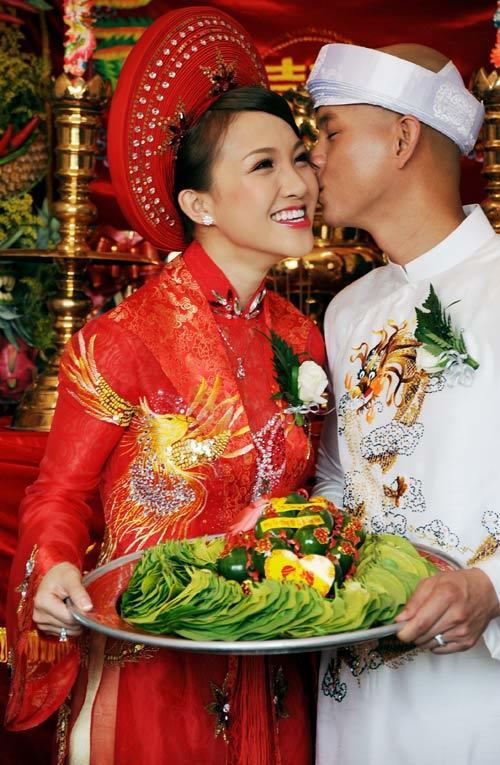Thái Ngọc Bích, vợ yêu của ca sĩ Phan Đinh Tùng cũng chọn áo dài đỏ trong ngày rước dâu.
