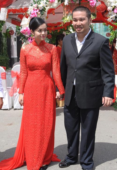 Phạm Quỳnh Anh lại mặc áo dài ren đơn giản, đính đá ở thân áo. Cô dâu tạo sự trẻ trung nhờ kiểu tóc nhí nhảnh và bỏ qua các