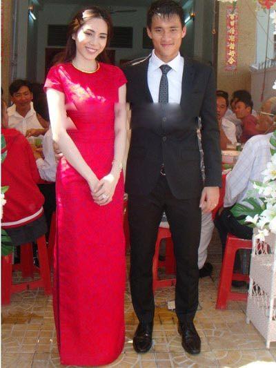 Thủy Tiên mặc áo dài ren đỏ cách điệu, chất liệu ren trong ngày ăn hỏi với Công Vinh.