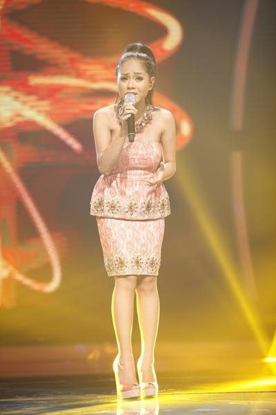 Từ đầu cuộc thi Vietnam Idol đến nay, Hoàng Quyên luôn nhận được những lời khen ngợi từ 3 giám khảo Quốc Trung, Mỹ Tâm và Nguyễn Quang Dũng. Vì vậy, với ca khúc 'Hẹn gặp lại anh' trong gala 4 tối 16/11, cô tiếp tục được đánh giá cao.