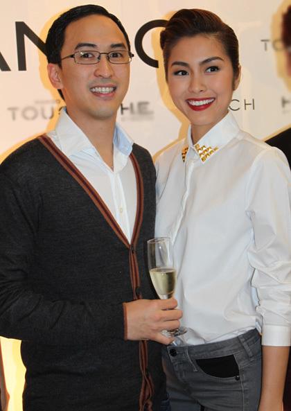 Cả hai ăn mặc giản dị nhưng vẫn thu hút sự chú ý của quan khách và các ống kính.