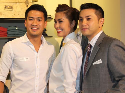 Phillip Phạm (trái) - em chồng Hà Tăng - chụp ảnh cùng chị dâu.