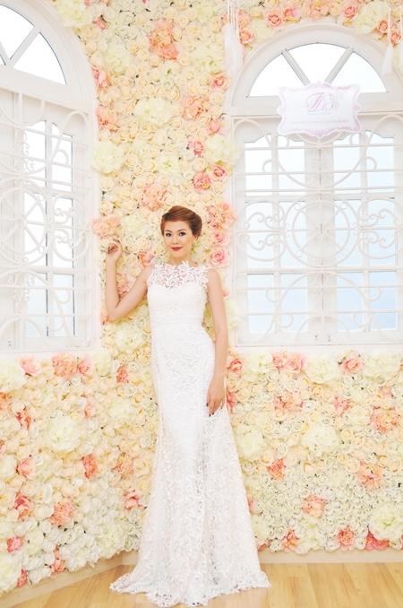 Đuôi váy ngắn giúp Oanh dễ dàng di chuyển. Chiếc váy này đủ sang trọng khi làm lễ và thuận tiện khi đi đãi tiệc quan khách.