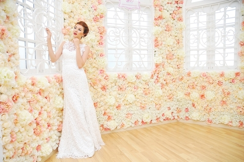 Eo váy cao, phần đai nhỏ tạo điểm nhấn, đồng thời, làm hông cô dâu có cảm giác lớn hơn, tạo đường cong hoàn hảo cho dáng váy đuôi cá.