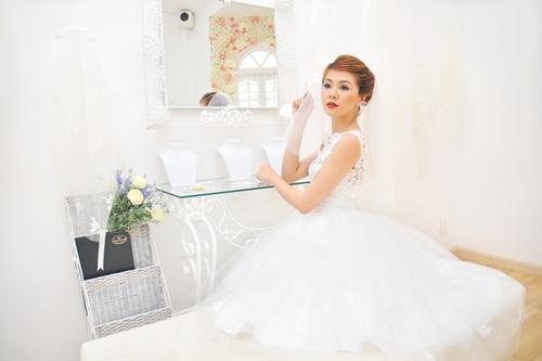 Váy có độ bồng vừa phải giúp người đối diện không tập trung sự chú ý vào hông cô dâu. Lưng váy kín đáo, nhẹ nhàng với ren tinh xảo làm tăng vẻ quyến rũ cho Oanh.