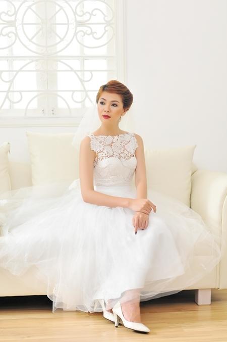 Đuôi váy dài quá đầu gối thích hợp với những cô dâu có chiều cao lý tưởng như Oanh. Những cô dâu thấp nên mặc váy dài đến đầu gối hoặc trên gối để ăn gian chiều cao