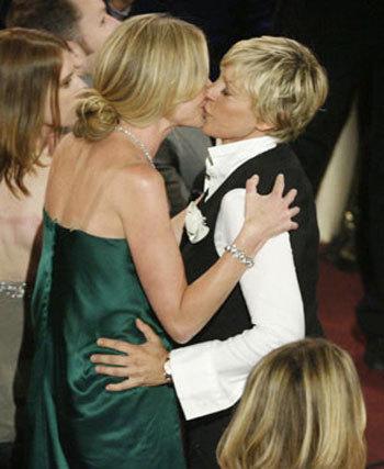 Ellen DeGeneres công khai bày tỏ tình cảm với Portia de Rossi tại Lễ trao giải Emmy.