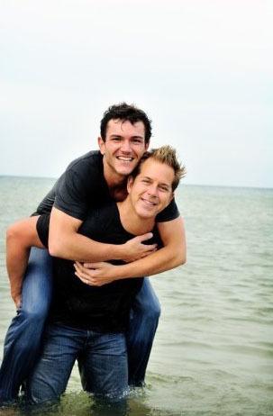 Tình yêu không thể thiếu những cái ôm! Jim Verraros đã chính thức nên duyên vợ chồng cùng Bill Brennan ngày 6/9/2009 tại khu nghỉ dưỡng Oak Brook Hills ở Illinois.