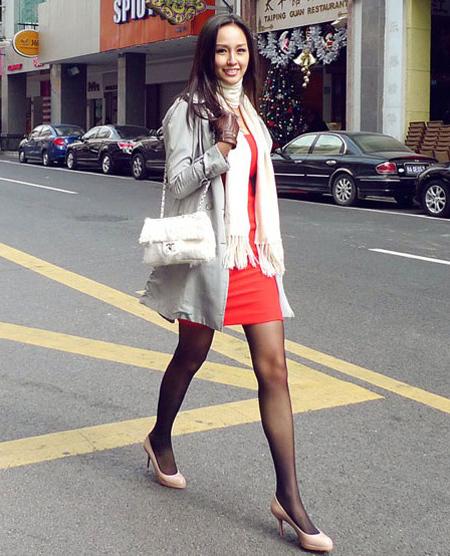 Hoa hậu Mai Phương Thúy mix áo với váy liền điệu đà khi đi dạo phố.