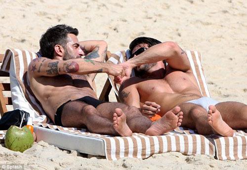 Trên bãi biển Ipanema, Marc và Harry cùng nhau thư giãn nằm tắm nắng và tận hưởng những ly cocktail dừa.