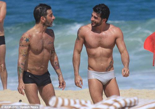 Dường như ánh mắt của Marc không thể rời khỏi bạn trai người Brazil này, lúc nào họ cũng hết sức tình tứ. Mặc kệ những ánh mắt tò mò, cả hai không ngừng dành cho nhau những hành động lãng mạn.
