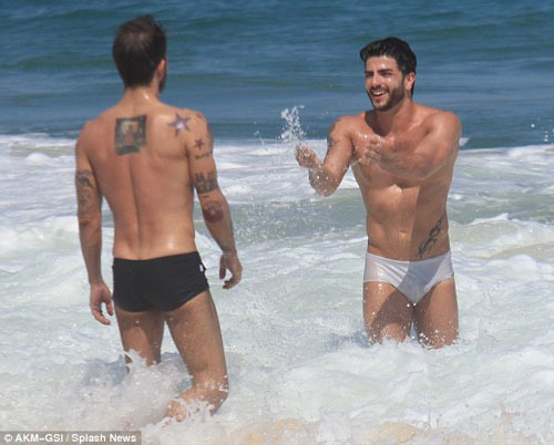 Trong khi Harry cố gắng gây ấn tượng với Marc bằng cách hất nước biển vào người ông thì Marc chỉ đứng nhìn trước sự quyển rũ chết người của bạn tình.