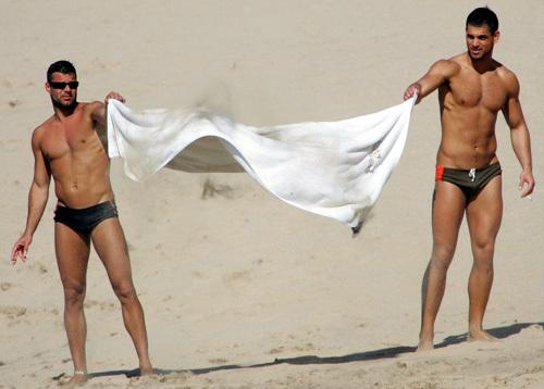 """Chàng ca sĩ Ricky Martin cũng nổi tiếng với mối tình đồng tính mặn nồng. Năm 2010, Ricky mạnh dạn tuyên bố: """"Tôi là một người đồng tính may mắn"""". Cùng với sự cởi mở về giới tính, mối quan hệ của Ricky và người tình với người tình Carlos Gonzales cũng được công khai, sau đó, cặp đôi này còn có 2 đứa con nhờ vào biện pháp thụ tinh ống nghiệm và mang thai hộ."""