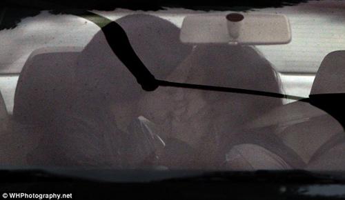 Sau khi chia tay Lindsay Lohan, Sam tiếp tục lao vào một mối tình đồng giới khác. Cô nàng bị bắt gặp ôm hôn bạn gái không ngừng nghỉ và có nhiều hành động nóng bỏng ngay trên xe ô tô cá nhân. Những hình ảnh này từng khiến Lilo phải nóng mặt trước sự phản bội nhanh chóng của tình cũ.