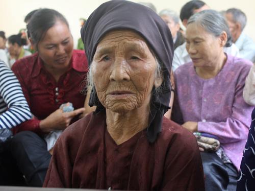 Cụ Nguyễn Thị Bài (82 tuổi), bà ngoại của chị Quỳnh được con cháu đưa đến phiên tòa.