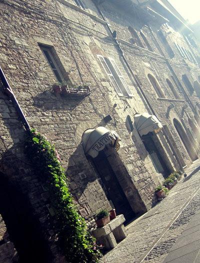 Ánh nắng sáng sớm chủ nhật chiếu xuống con phố chính của Assisi.