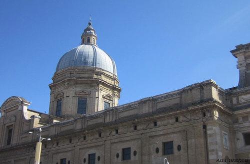 Mái vòm của Basilica of Santa Maria degli Angeli ở gần ga Assisi.