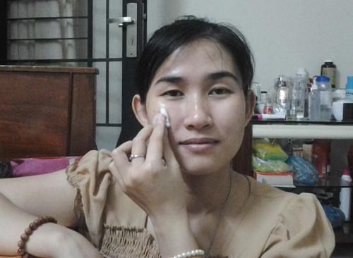 Bước 1: Làm sạch da, sau đó dùng nước hoa hồng để làn da săn chắc và mịn màng hơn