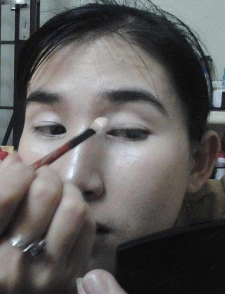 Bước 5: Dùng phấn mắt màu trắng phủ lên bầu mắt