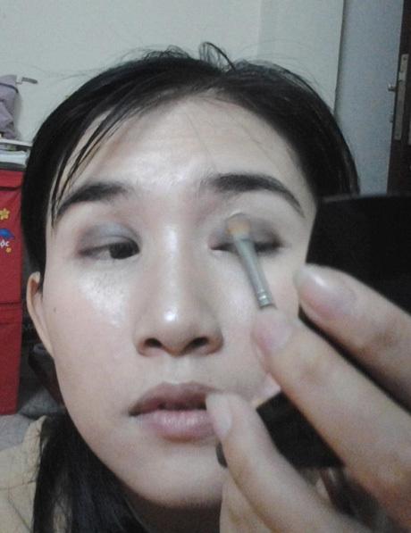 Bước 6: Dùng phấn mắt màu nâu đậm tán lên bầu mắt